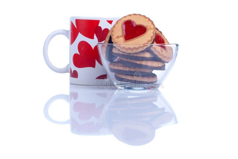 Kakor i form av hjärtan till valentin dag på en whi royaltyfri foto