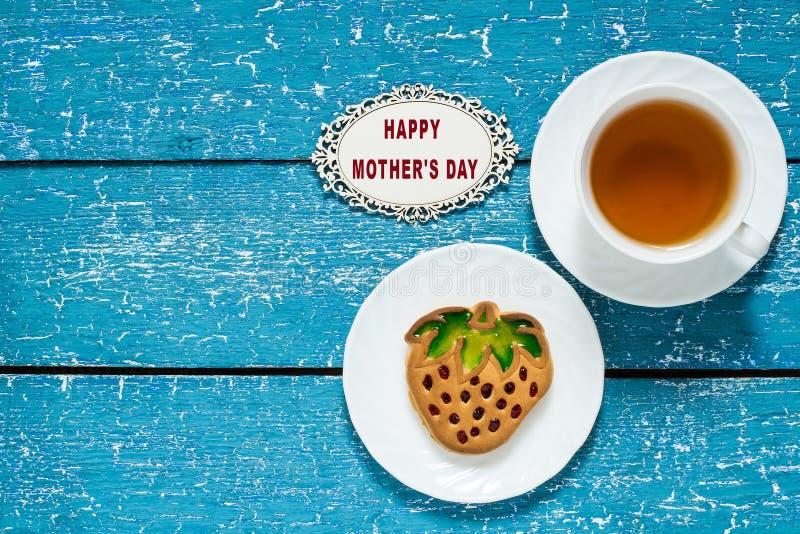 Kakor i form av jordgubbar och te för mamma royaltyfria foton