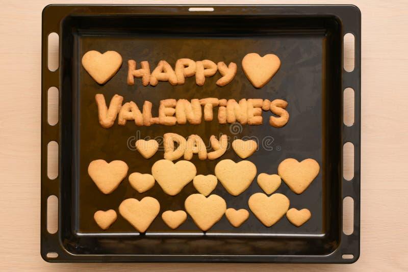 Kakor i formen av hjärta och bokstäver på dag för valentin` s arkivbilder
