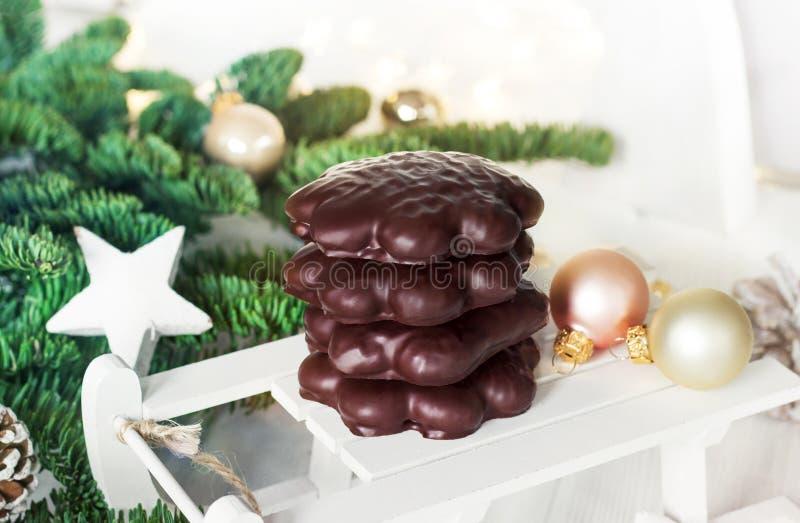 Kakor med chokladglasyr Julgranfilialer och anständigheter royaltyfri foto