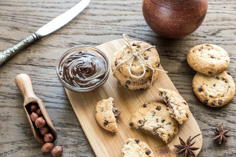 Kakor med chokladpralin och hasselnötter fotografering för bildbyråer