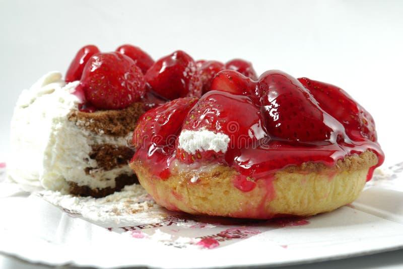 Kakor med jordgubbar och choklad på en vit bakgrund royaltyfria bilder