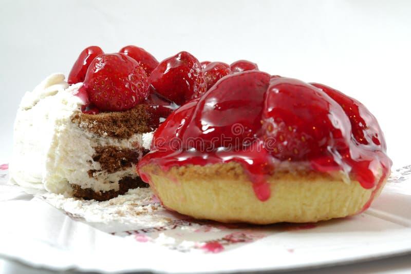 Kakor med jordgubbar och choklad på en vit bakgrund royaltyfri bild