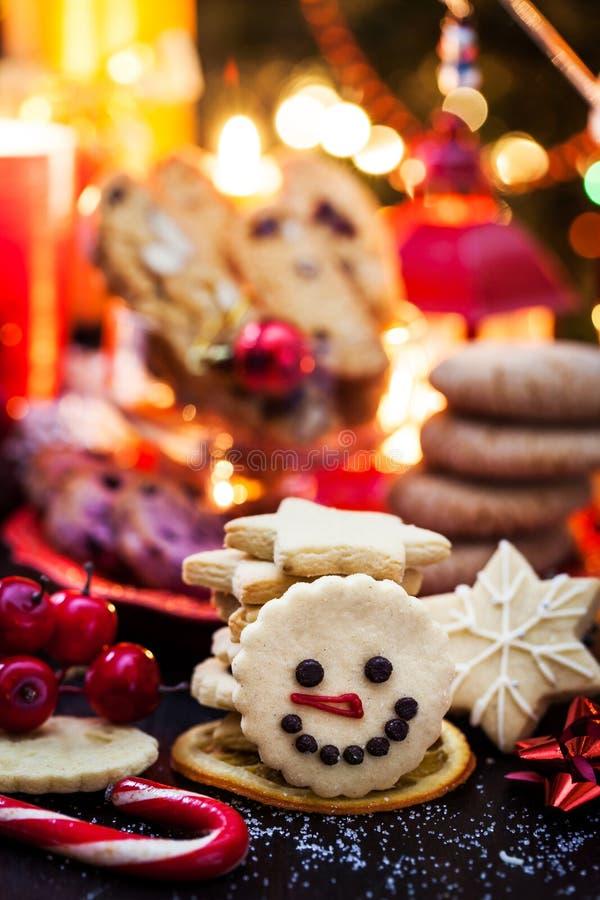 Kakor med julklapp, semesterkoncept arkivbild