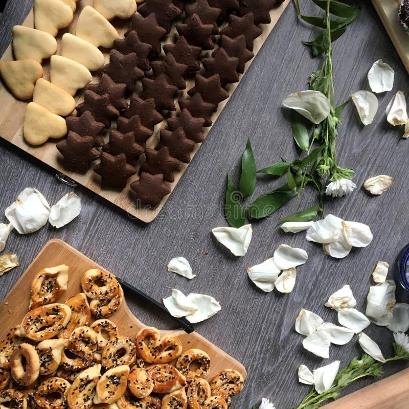 Kakor, muffin, choklad och vita blommor royaltyfri foto