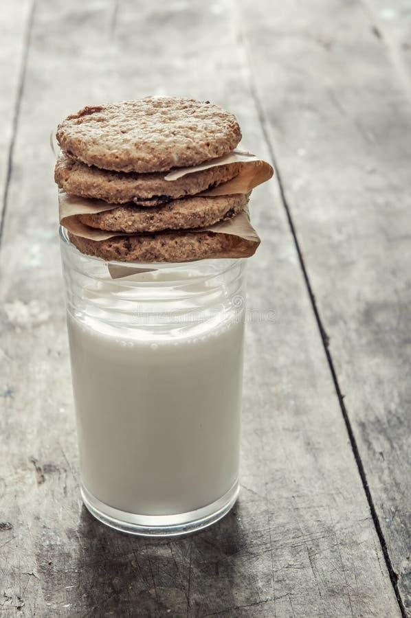 Kakor och ett exponeringsglas av mjölkar fotografering för bildbyråer