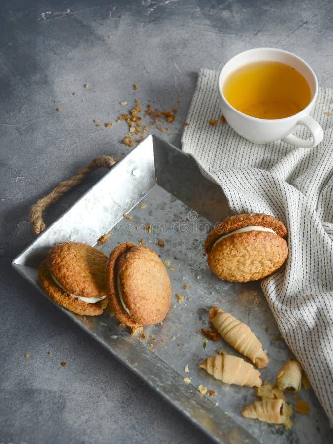 Kakor och kopp te på järnplattan fotografering för bildbyråer
