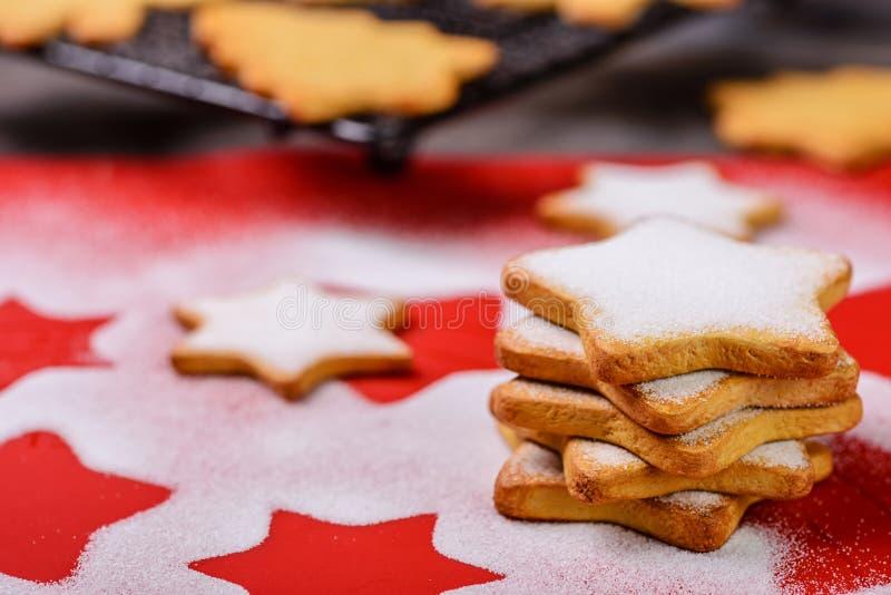 Kakor och sockerpulver fotografering för bildbyråer