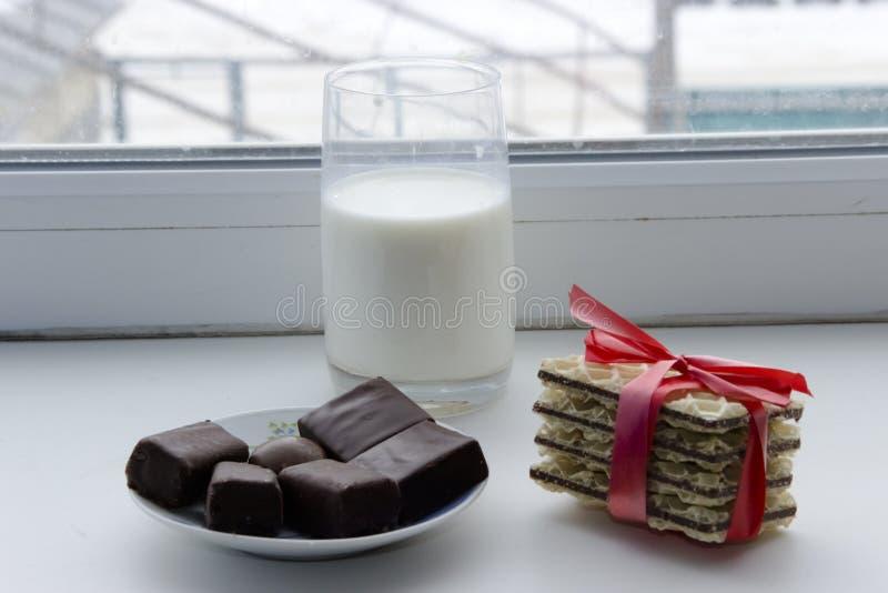 Kakor som binds med den röda band- och chokladgodisen arkivbild