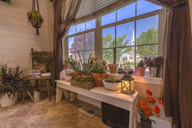 Kaktuns garten i tillträdeet av det Utah hemmet royaltyfri bild