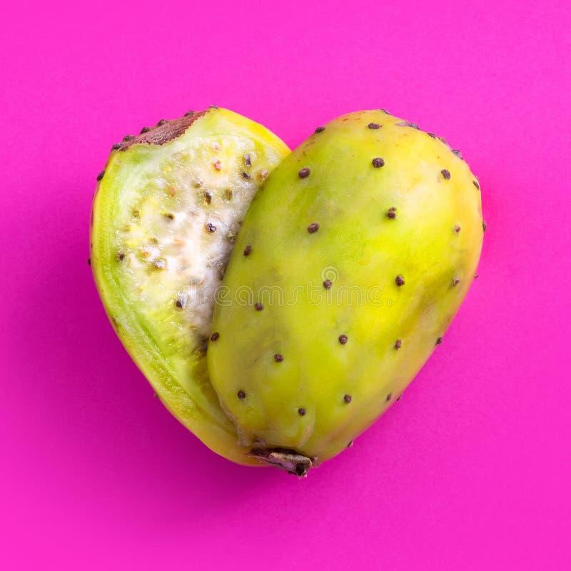 Kaktusfeigeschnitt zur Hälfte und in eine Herzform vereinbart stockbild