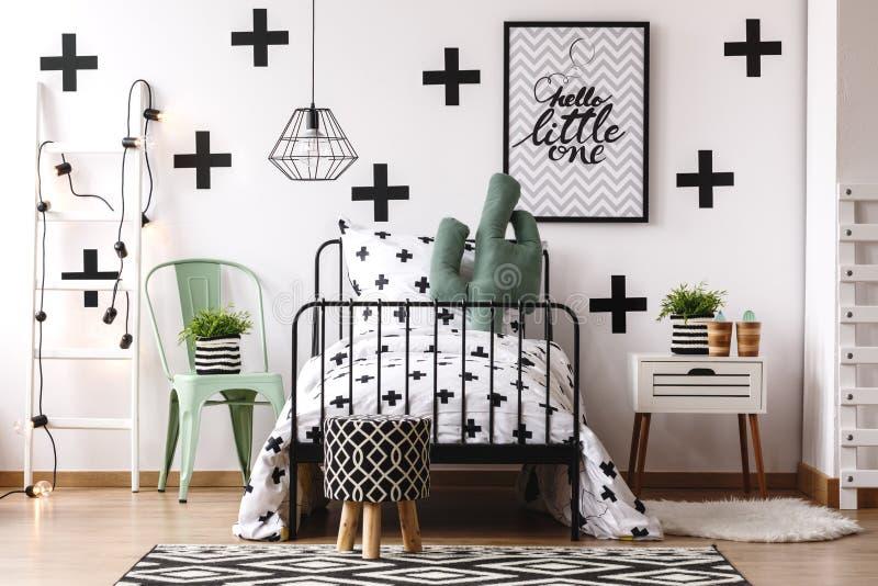 Kaktuskissen auf Kind-` s Bett lizenzfreie stockfotos