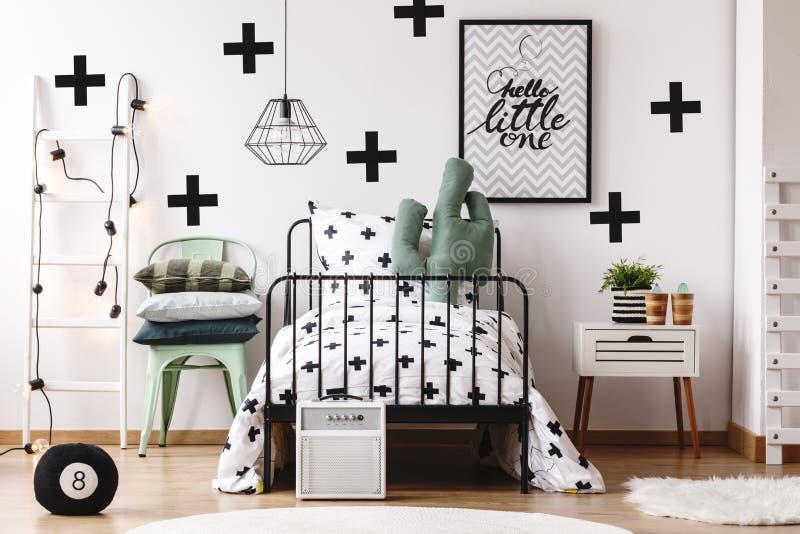 Kaktuskissen in Kind-` s Bett stockbilder