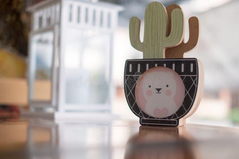 Kaktuskonst i vas med mini- björnkonst fotografering för bildbyråer