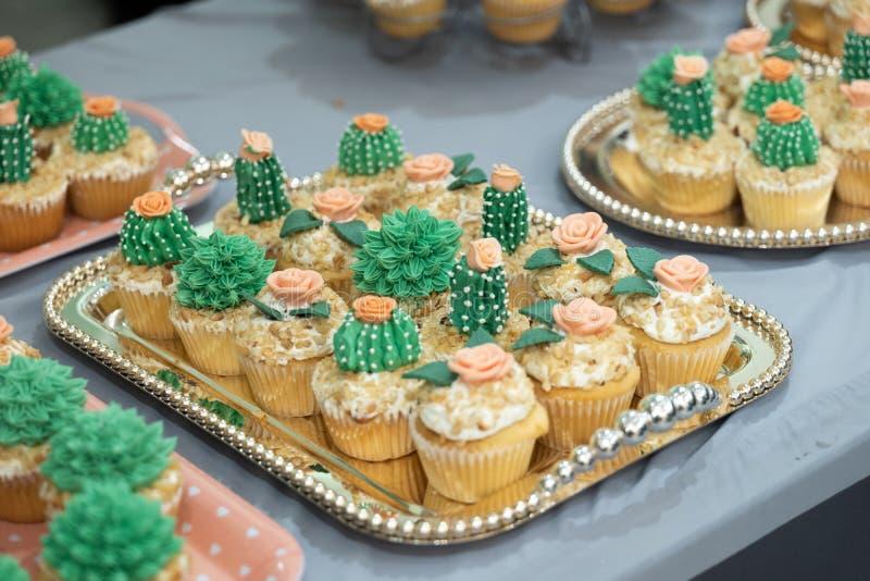 Kaktusmuffinform p? den rostfria plattan som ?r klar att tj?na som arkivbild