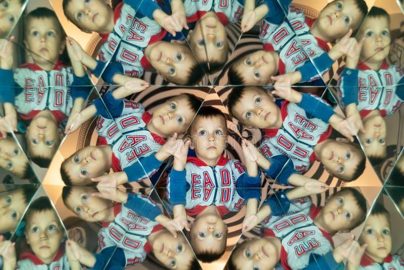 Kaléidoscope Montage abstrait d'un beau garçon Enfant dans Caleidoscope photos libres de droits
