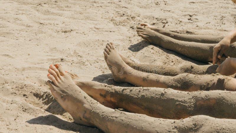 Kal fot av en familj på kusten arkivfoto