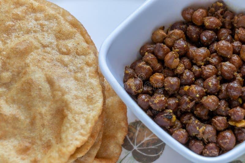 Kala Channa avec Puri, plat indien photo stock