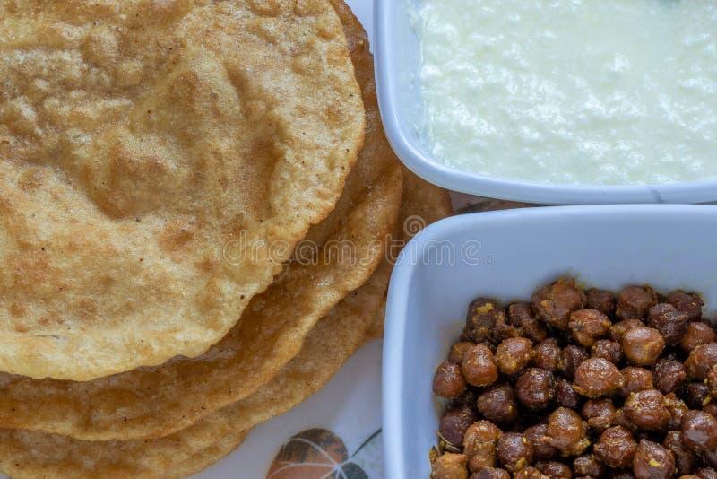 Kala Channa en Gestremde melk met Puri stock foto's