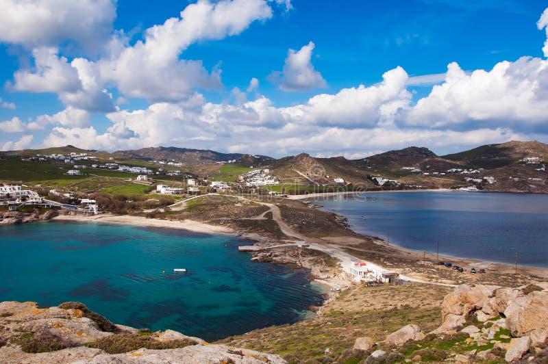 Kalafatis海滩的顶视图反对天空的米科诺斯岛 库存照片