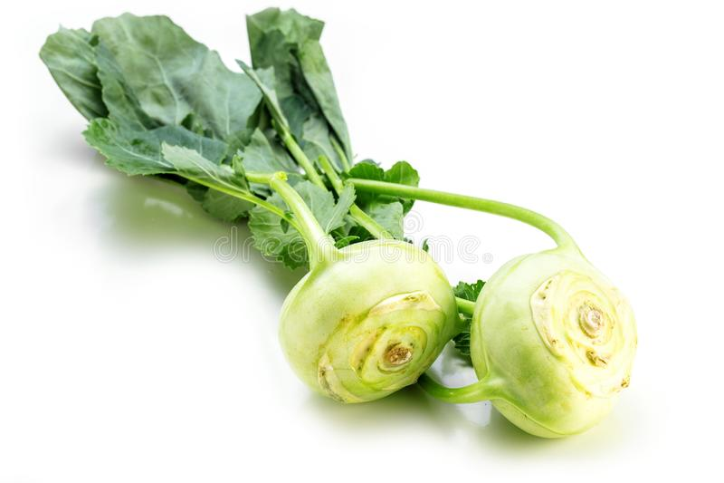 Kalarepy rzepy lub rzepy kapusty dwa Niemieckie surowe żarówki z świeżymi liśćmi odizolowywającymi na białym tle zdjęcia royalty free