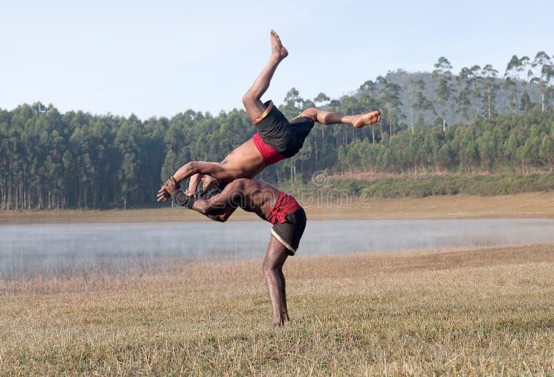 Kalaripayattu - demonstra??o marital indiana da arte em Kerala, ?ndia sul imagens de stock