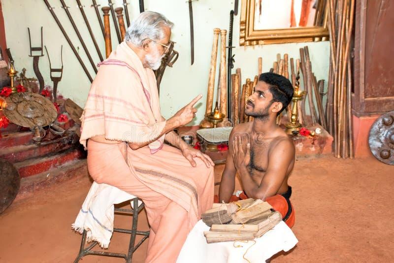 Kalarippayat acquista padronanza dell'insegnamento ad un allievo dell'yoga fotografie stock