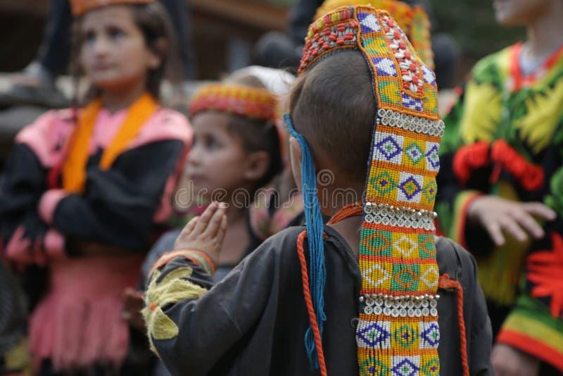 Kalash-Kind, in Chitral, Pakistan lizenzfreie stockbilder