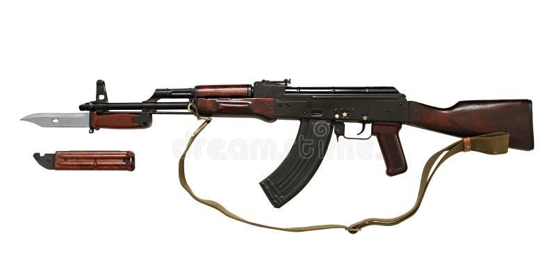 Kalashnikovak kanon met tactisch mes van speciale die krachten op witte achtergrond worden geïsoleerd stock foto