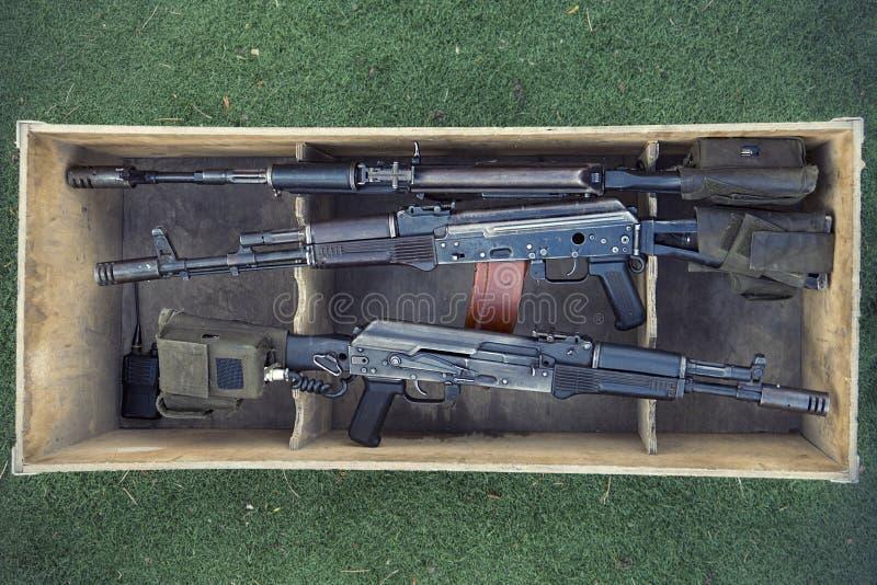 Kalashnikovanfallgevär i träask Vapenhandel olaglig försäljning av vapen Ett automatiskt vapen med en prickskytträckvidd arkivfoton