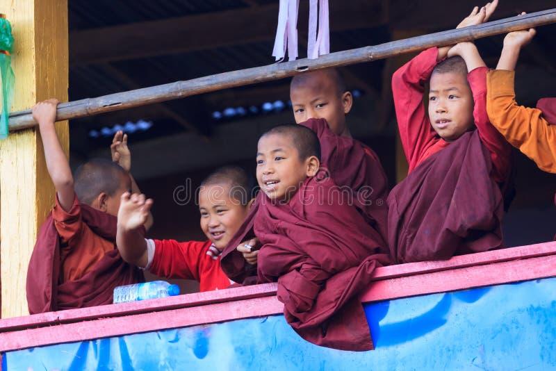 Kalaw高地,缅甸,2018年11月20日-在monastry小孩子的佛教徒的黎明 在六岁的孩子 图库摄影