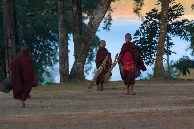 Kalawhooglanden, Myanmar, 20 November 2018 - Dawn bij boeddhistische monastry van kinderen Kinderen op de leeftijd van zes stock foto