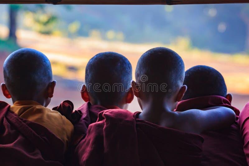 Kalawhooglanden, Myanmar, 20 November 2018 - Dawn bij boeddhistische monastry van kinderen Kinderen op de leeftijd van zes stock afbeelding