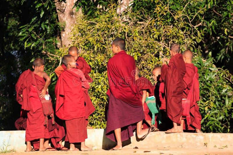 Kalawhooglanden, Myanmar, 20 November 2018 - Dawn bij boeddhistische monastry van kinderen Kinderen op de leeftijd van zes stock foto's