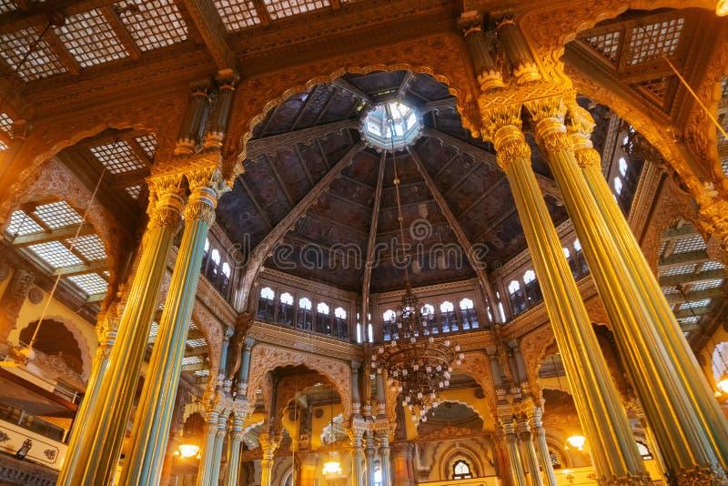 Kalayana Mantapa Pasillo, interior del palacio de Mysore, Karnataka, la India fotografía de archivo