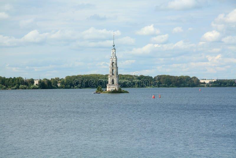 Kalazin zalał wieżę Bella nad rzeką Wołga w Rosji obrazy royalty free