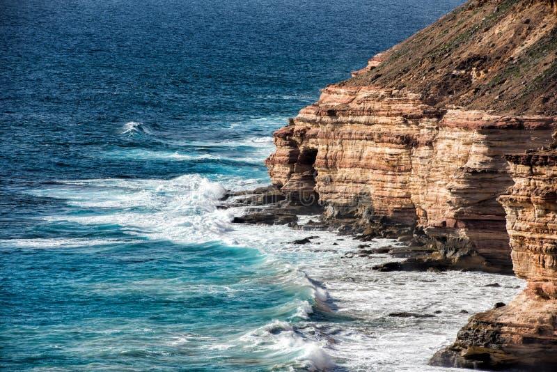 Kalbarri Batavia seglar utmed kusten klippor på havet arkivbild
