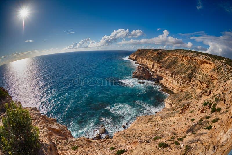 Kalbarri Batavia seglar utmed kusten klippor på havet royaltyfri bild