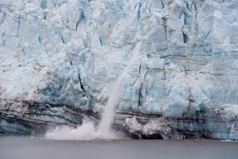 Kalben des Margerie Gletschers im Gletscher-Schacht stockfotos