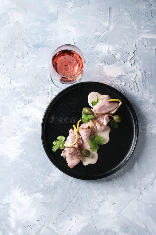 Kalbfleisch mit Thunfischsoße vitello tonnato lizenzfreie stockfotos