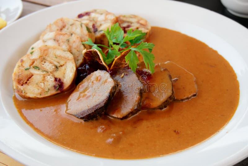 Kalbfleischleiste mit reicher Soße und Mehlklößen lizenzfreies stockfoto