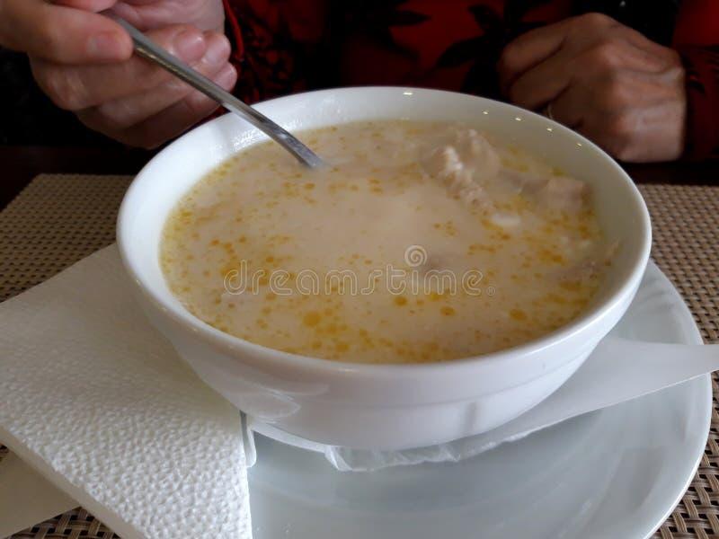 Kaldaunen soup Ciorba de Burtă - ein traditioneller rumänischer Teller stockbilder