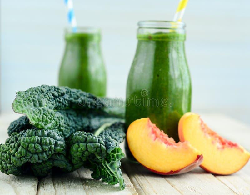 Kale και δροσερό ποτό καταφερτζήδων βερίκοκων για την καυτή θερινή ημέρα στοκ φωτογραφία με δικαίωμα ελεύθερης χρήσης