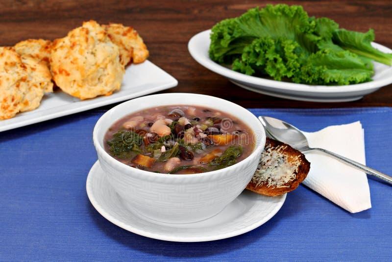 Kale και σούπα φασολιών στοκ φωτογραφίες με δικαίωμα ελεύθερης χρήσης