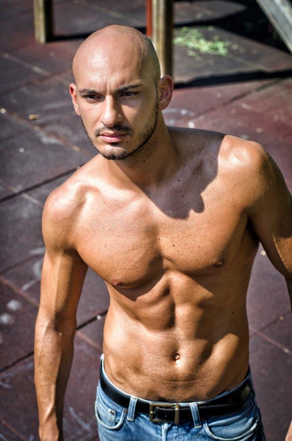 Kale jonge in openlucht shirtless mens stock foto's