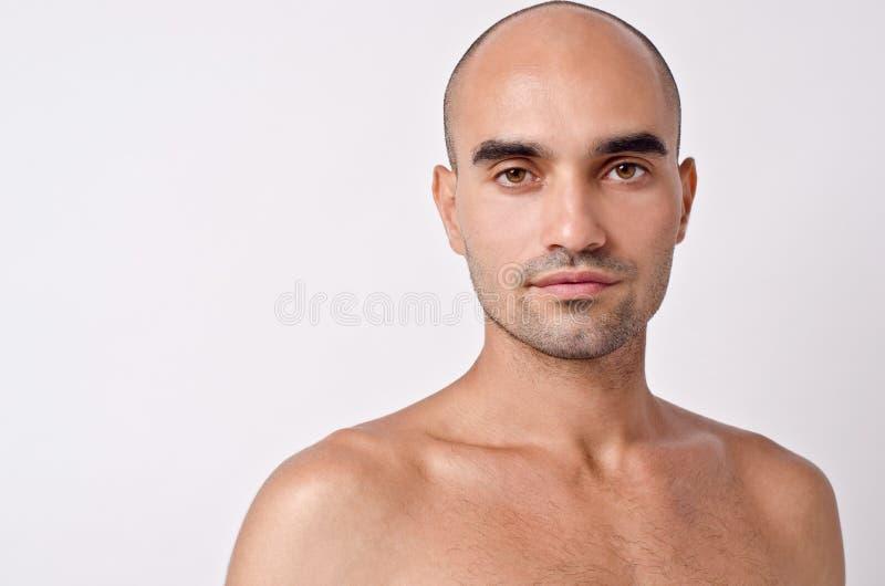 Kale Kaukasische knappe mens met topless schouders. stock afbeeldingen