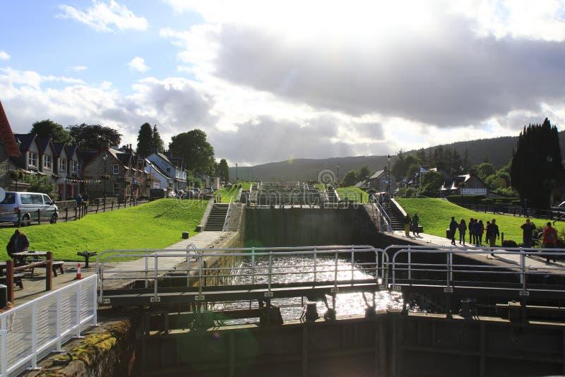 Kaledonischer, канал caledonischer с кораблями и watergate, в шотландских гористых местностях на Лох-Несс стоковое изображение
