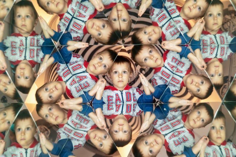 kaleidoscope Абстрактный монтаж красивого мальчика Ребенок в Caleidoscope стоковые фото