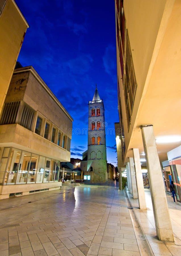 Kalelarga著名扎达尔街道夜视图 库存照片