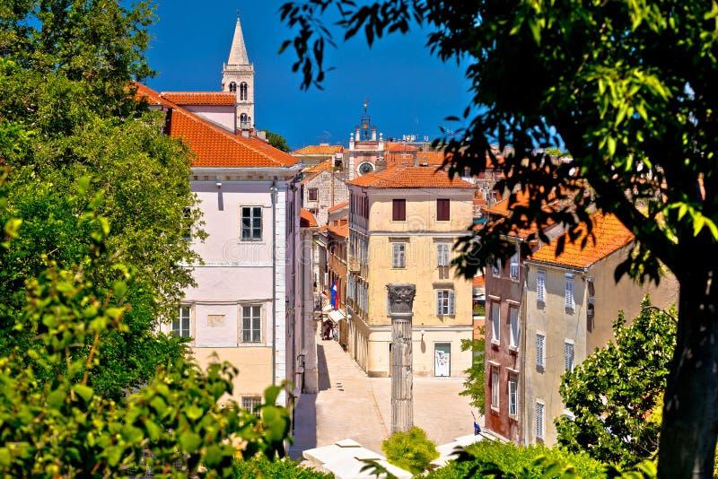 Kalelarga e opinião histórica dos marcos de Zadar através do quadro verde imagens de stock royalty free